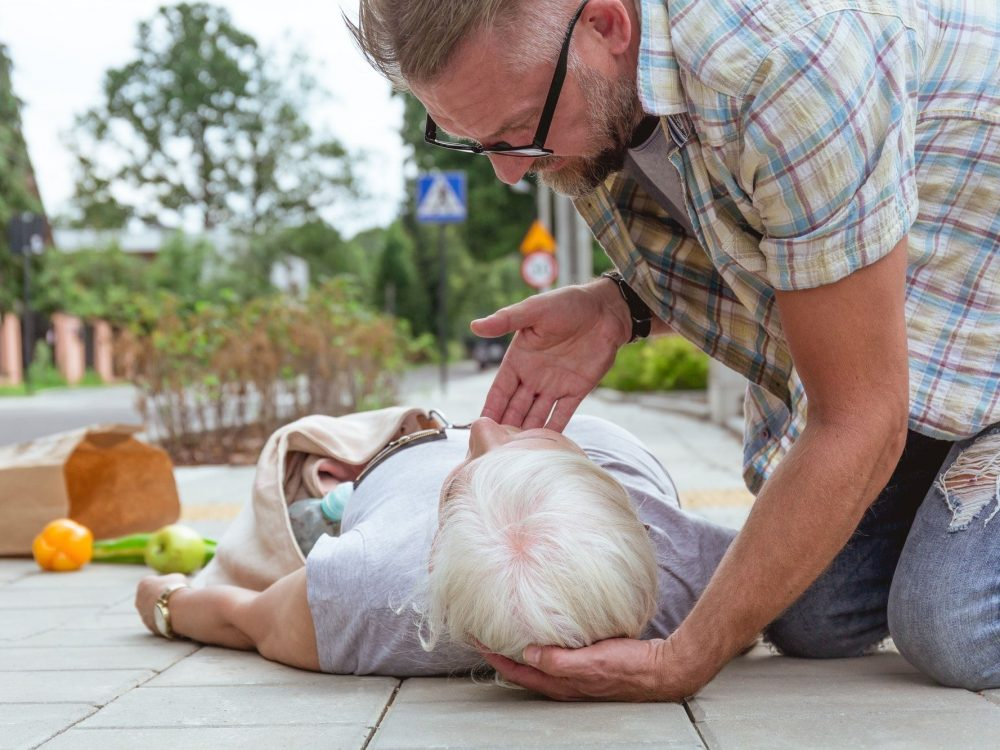 First aid to an accident victim lying on the street